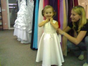 Na zkoušce šatů, moc se jí líbí být princezna!