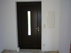 8 2009 vymenili provizorne vchodove dvere za ozajstne