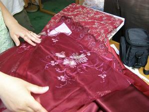 Z některých z těchto látek bude mít ušité šaty svědkyně.... Bude je šít stejná paní, jako nevěstě šaty.