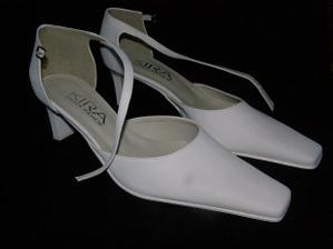 Huráááá... Sehnali jsme botičky pro nevěstu.... Ale dalo to zabrat... Obvzláště ženichovi už občas tekly nervy:-))))