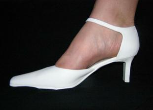 Ještě jednou botičky.... Tentokrát už na noze... Noha je ovšem svědkyně, která boty jednou nejspíš zdědí:-))) Jenom aby nevyšly do té doby z módy:-)