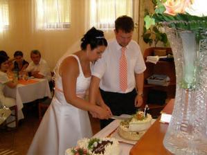 Krájení svatebního dortu.