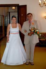 Nevěsta s tatínkem před vstupem do obřadní místnosti.