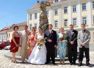Rodinná fotografie:-) Zleva: sestra-svědkyně, tatínek nevěsty, maminka nevěsty, novomanželé Rohrerovi, maminka ženicha, tatínek ženicha, bratr-svědek.