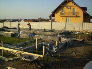 19.4........29.3.sa kopali základy.....foto nemáme :(((