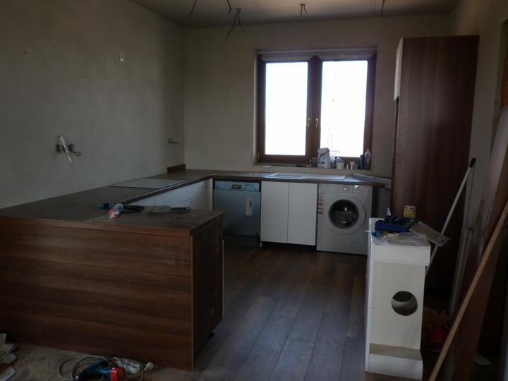 Kuchyna sa črta :) - Pračka bude zabudovana, v predu pride barovy pult ...