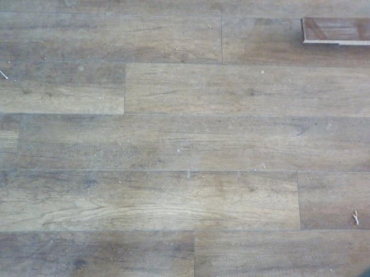 Kuchyna sa črta :) - podlaha je zaprašena...finak je tmavšia