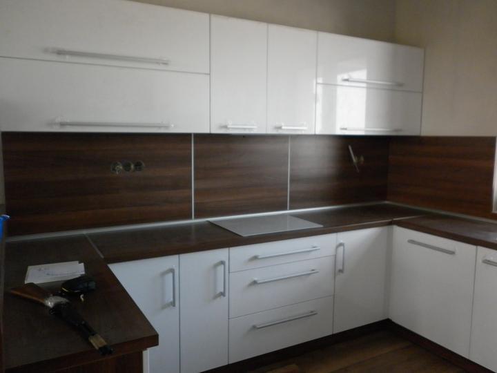Kuchyna sa črta :) - v strede je digestor..preto take skrinky