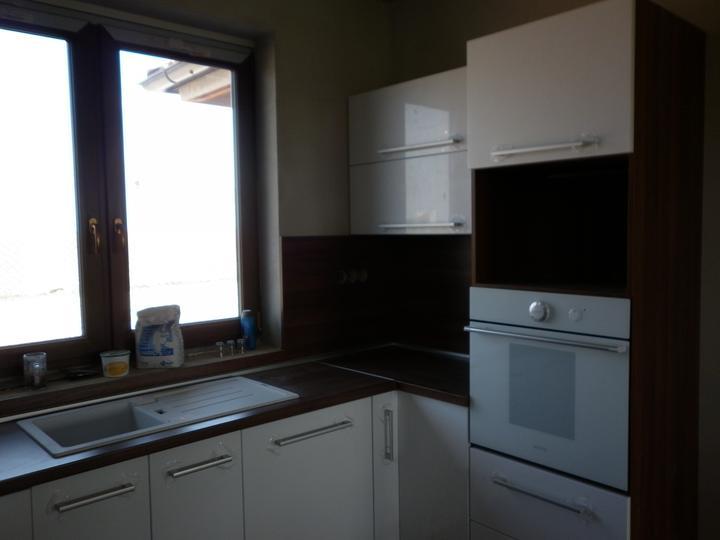 Kuchyna sa črta :) - do otvoru pojdu dvierka hore otvarave... tam bude mikrovlnka