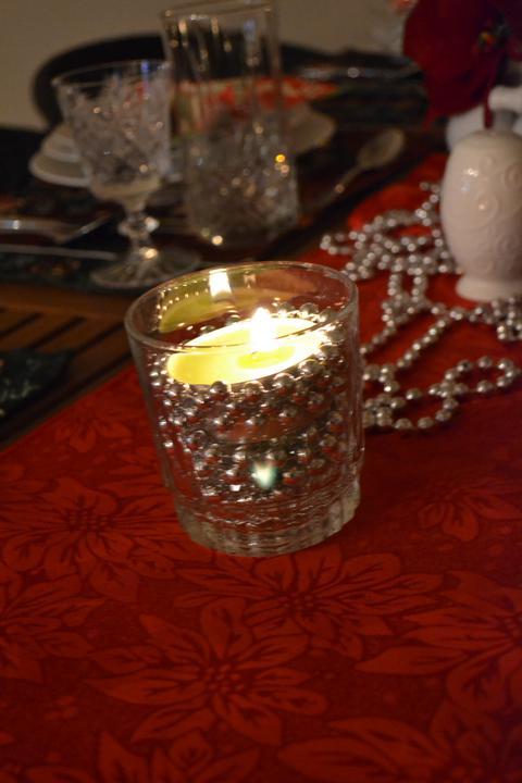 Konečne bývame :D - svietnik z pohara, korálok a čajovej sviečky :)