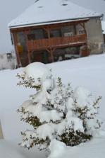 nas domcek pocas zimy... zatial len takto z dialky, este nemame fasadu spravenu :)