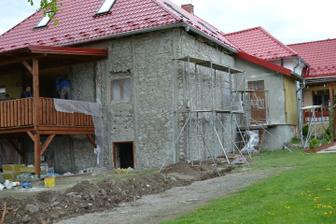 prisla na rad aj fasada... vsetko sa muselo osekat az na kamen... skoda ze nebol viac zachovany, nechala by som to aj takto :)
