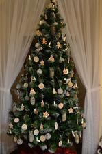 tohtoročný stromček sme ozdobili iba perníkmi a šiškami  :)