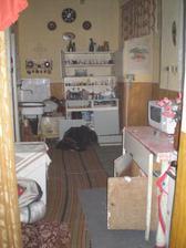 Tu bola kuchyňa... tú pálenú keramiku čo visí na stene mám odloženú... možno niekde použijem...
