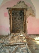 další objav =D dvere a vpravo schody do pivnice pod domom
