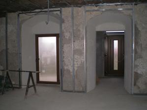 konštrukcia na sadrokartón... vlavo je východ na terasu z obyvačky a vpravo bude predsieň a hlavny vchod...