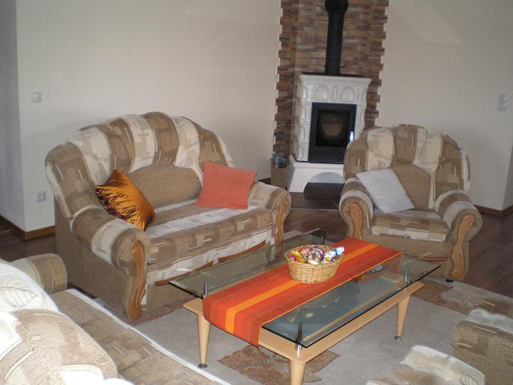 Konečne bývame :D - sedacka z predchadzajuceho byvania, ked budu korunky, vymenime za velku rohovu :)