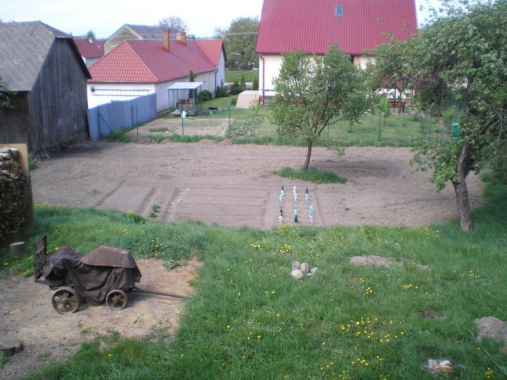 Konečne bývame :D - a mame uz aj zahradku... zeleninka zasiata, uvidime co z toho vyrastie :D