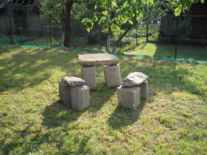 Konečne bývame :D - čo s nepotrebnými pekne osekanými kameňmi? vlastný mini stonehenge :)