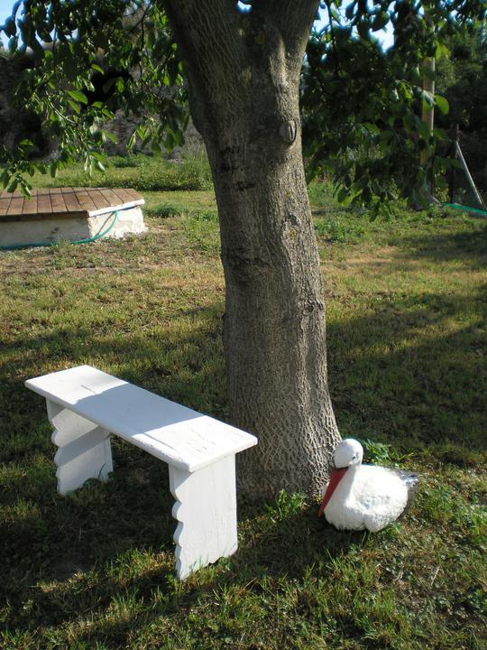 Konečne bývame :D - stará zrenovovaná lavička... naše posedeničko :)