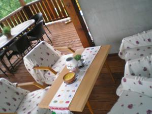 """dočasne sedeničko na terase... dekami poprikrývané staré """"fotelky"""""""