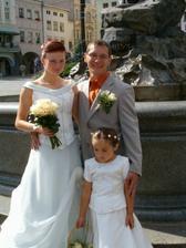 ženich, nevěsta a družička