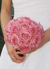 moje kytička se zásnubním i snubním prstýnkem :-)