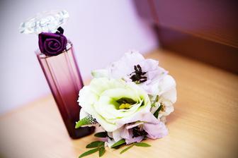 oblíbený parfém a kytička do vlasů