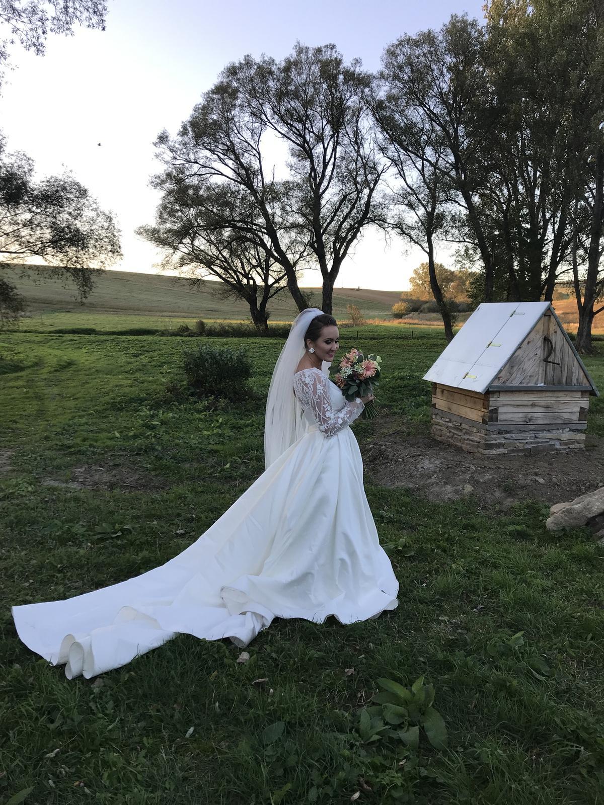 Saténové svadobné šaty s čipkovanými rukávmi - Obrázok č. 1
