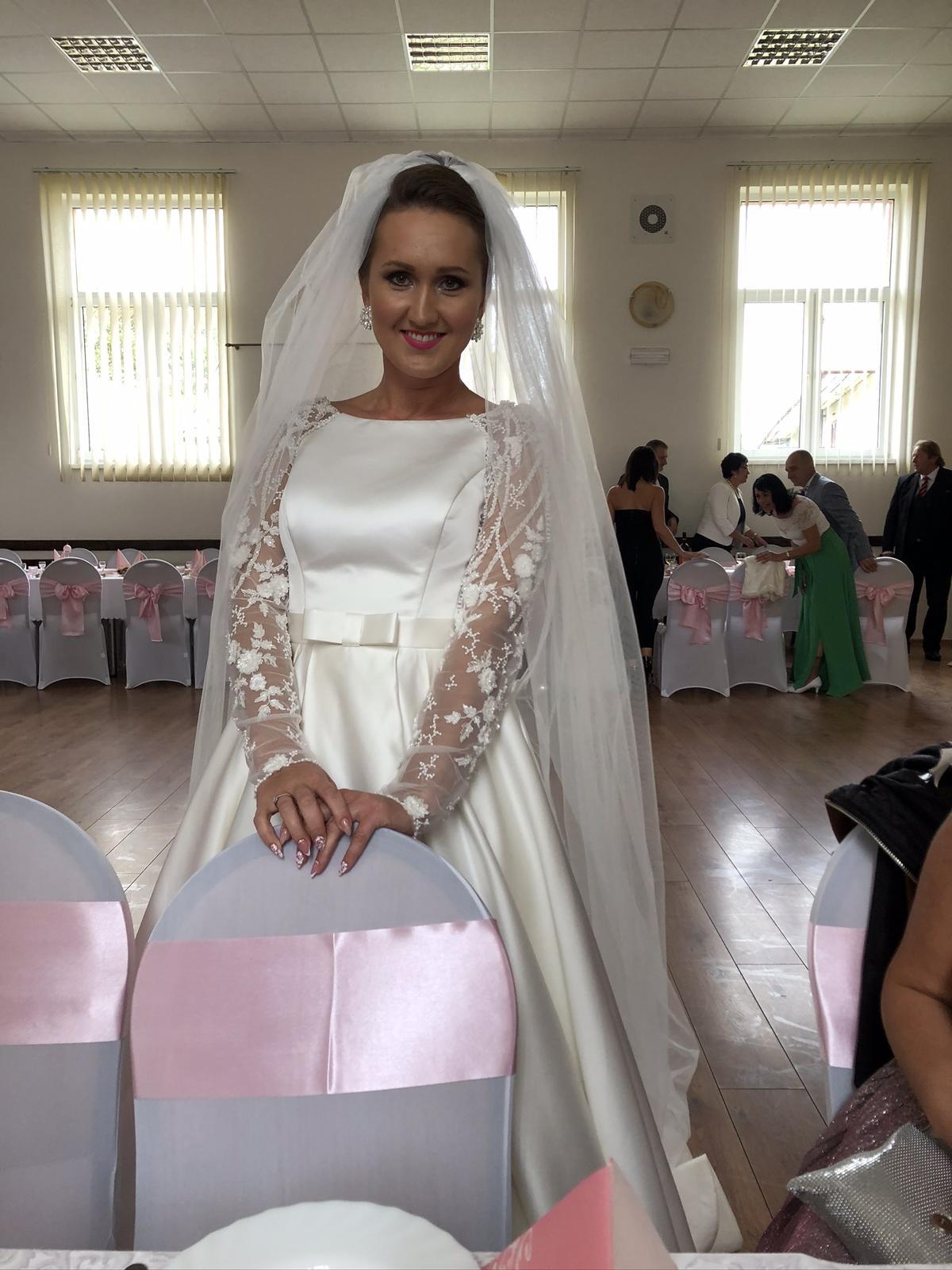 Saténové svadobné šaty s čipkovanými rukávmi - Obrázok č. 2