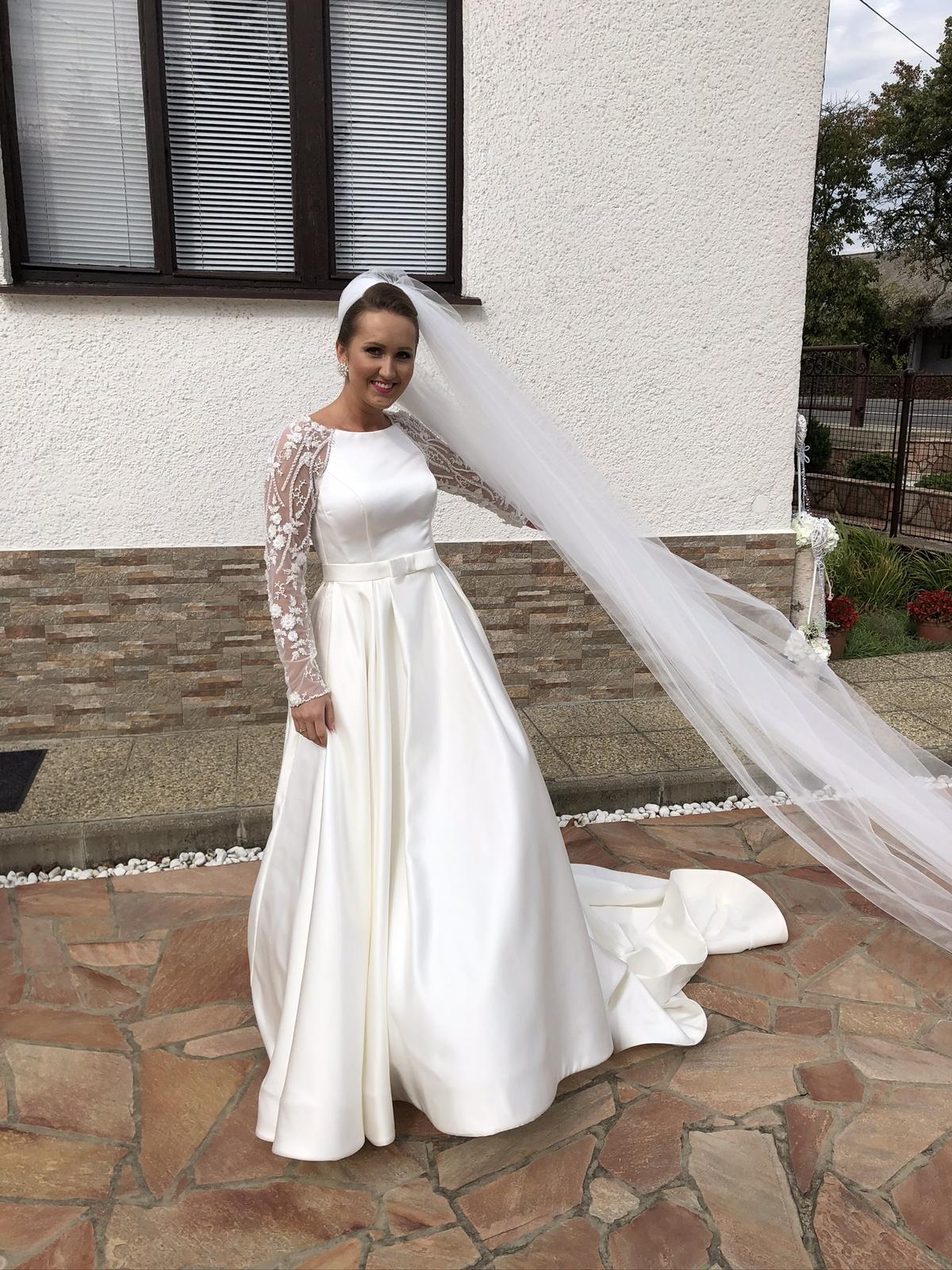 Saténové svadobné šaty s čipkovanými rukávmi - Obrázok č. 4