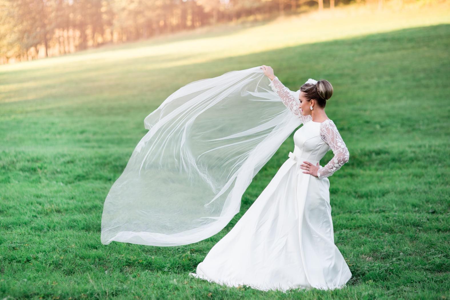Saténové svadobné šaty s čipkovanými rukávmi - Obrázok č. 3