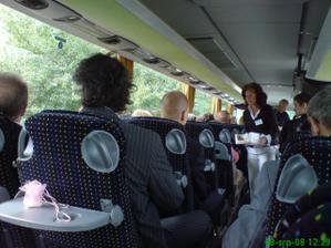 svatebčané v svatebním autobusu
