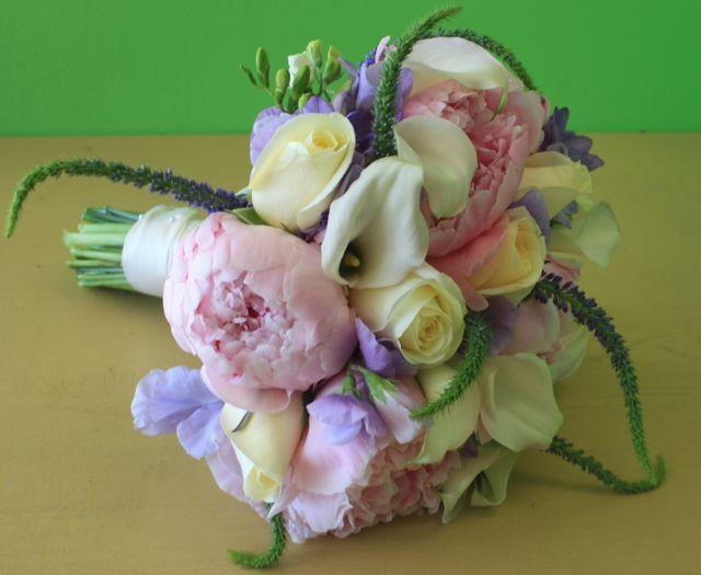 Svatební kytice - pivoňka, růže, kala, veronika, frézie (fialová kytička nejspíš eustoma nebo hrachor)