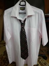a samozrejme už zladená košeľa a kravata. PS: aj ten váš tak protestuje proti ružovej???