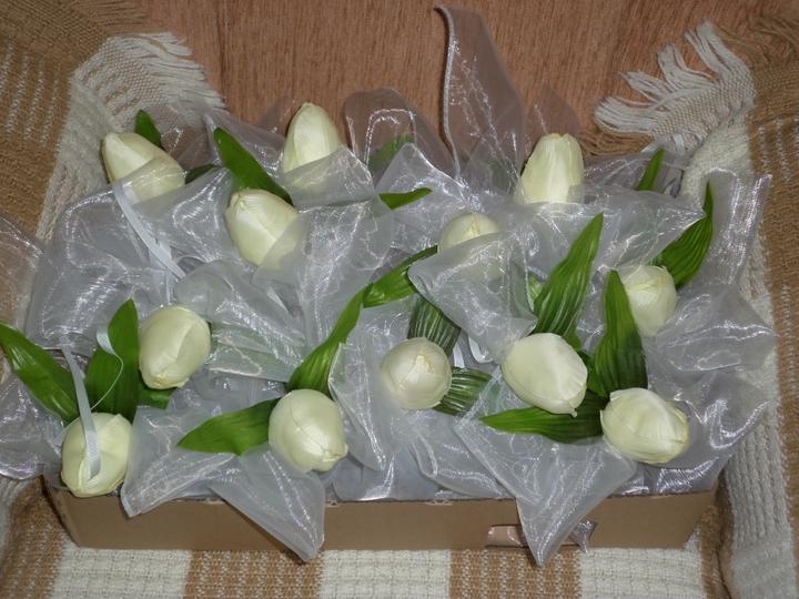 Začíname..... - mašličky na auta s tulipanmi pripravene
