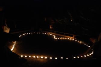 polnočný tanec v srdci zo sviečok