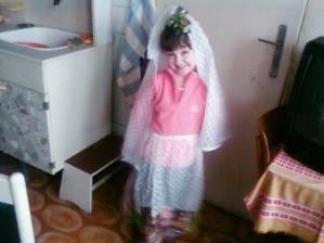 tak toto je naša družička už sa tak teší že jej museli už urobiť narýchlo akože šaty no ale má s nich radosť len dúfam že nepôjde v nich:)