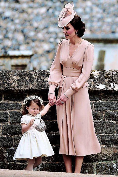 Šaty Kate - nech sa na mňa nikto nehnevá ale mňa dnes jej šaty sklamali inokedy je krásna a dnes no otrasný strih !!!!!!!!!!!!