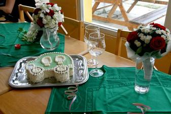 Kytičky a náš dortík...taky Mazda :)