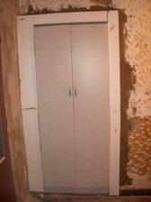 skriňa namiesto pôvodných dverí z chodby do kuchyne