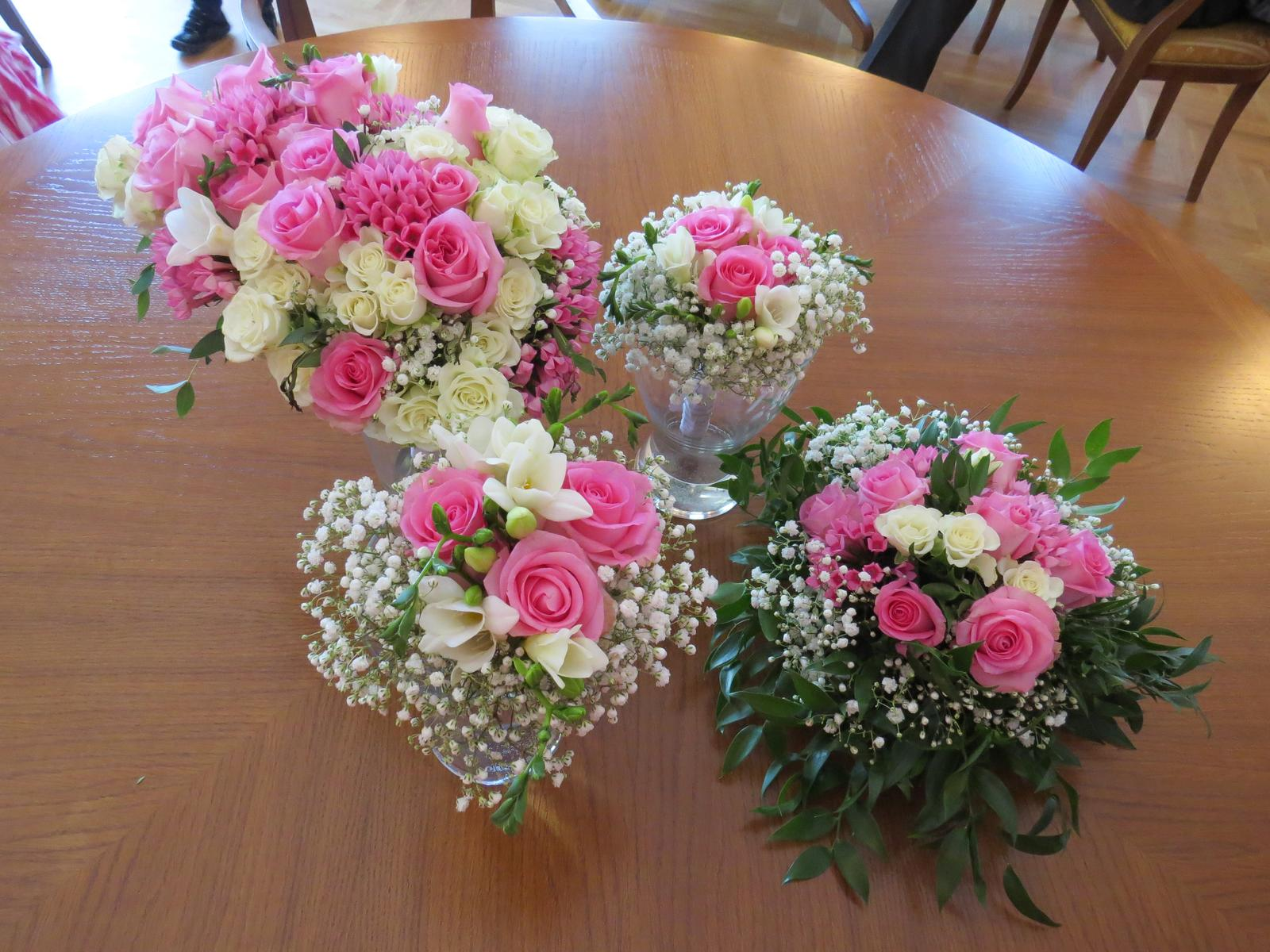 Monika{{_AND_}}Ivo - Květiny mě moc mile překvapily. Ve stejném duchu bylo i aranžmá pod prstýnky a náramek svědkyně. Foto od kamarádky.