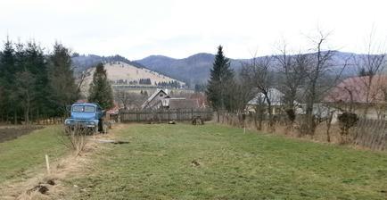 Vytýčené rohy domčeku kôli sťahovaniu ornice a zrovnávaniu terénu (+1 meter prípusť z každej strany)