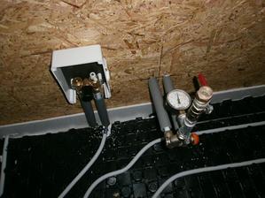 Podlahové kúrenie len v chodbe a kúpelni (spolu 12 m2) napojené cez box