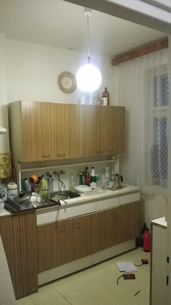 Red_25 - V kuchyni - zúfalo málo miesta.