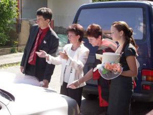 Klárka, teta, Jolanka a tchán :o) zdobí ženichovo auto