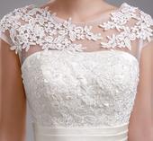 Svatební šaty s krajkou - skryjí i menší bříško, 36