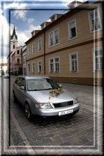 auto vezoucí nevěstu