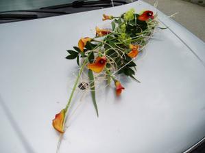 kytka na autě nevěsty