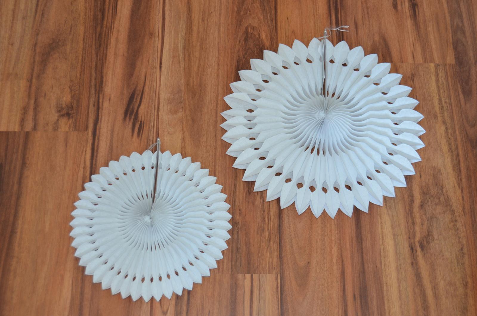 Dekorační vykrajované rozety - bílá  - Obrázek č. 1